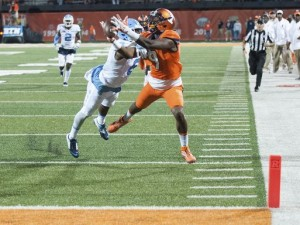 MJ Stewart (left) led an impressive effort by the Tar Heel secondary. Illinois quarterback Wes Lunt completed just half of his pass attempts for only 127 yards. (AP Photo/ Bradley Leeb)
